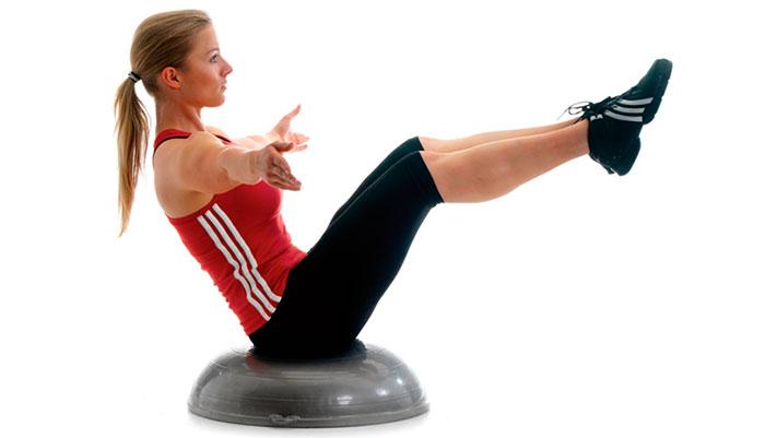 Тренировки девушки на шаре босу