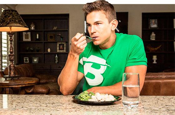 Парень ест полезную еду