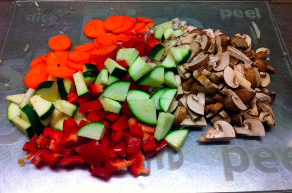 Нарезанные овощи для приготовления курицы