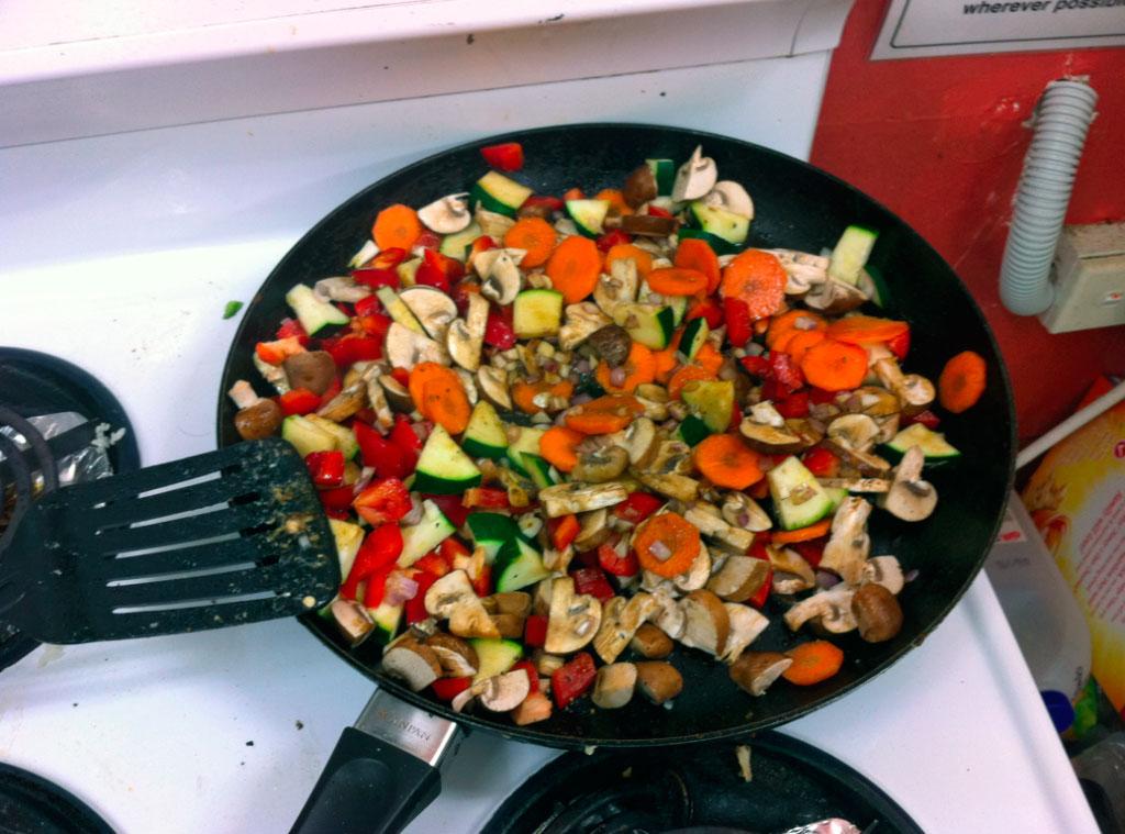 Овощи жарятся на сковороде