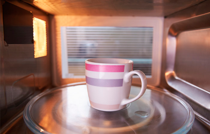 Чашка в микроволновке