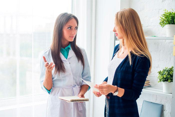 Девушка на консультации у доктора