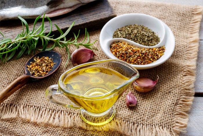 Приготовление пищи с оливковым маслом