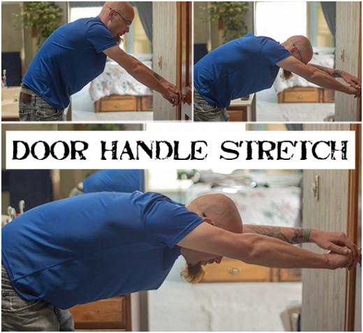 «Возьмитесь за дверную ручку, находящуюся на уровне пояса. Шагайте назад, пока не нагнетесь под углом 90° и полностью не выпрямите руки».