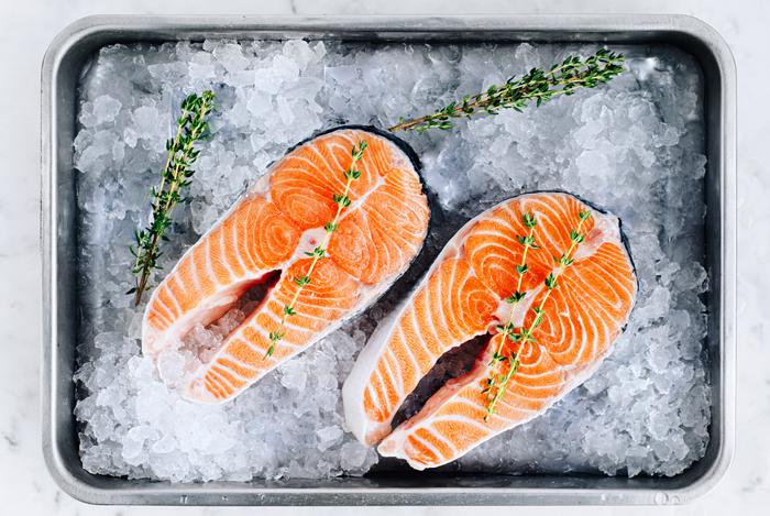 Красная рыба, содержит полезные жиры