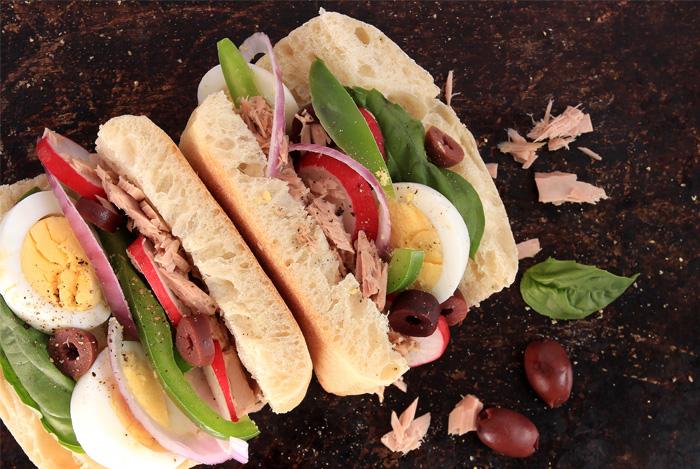 sandwich-s-yaycom-hlebom-tuncom