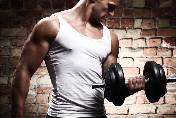 Тренировка с весом помогает повысить уровень тестостерона