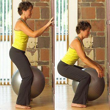 Приседания с фитболом между колен