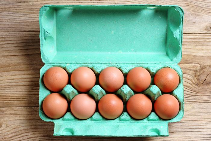 Яйца в картонном лотке