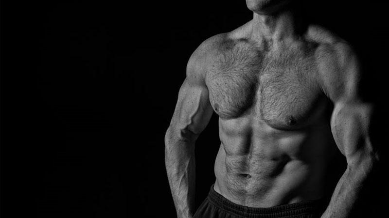 Рельефное тело мужчины